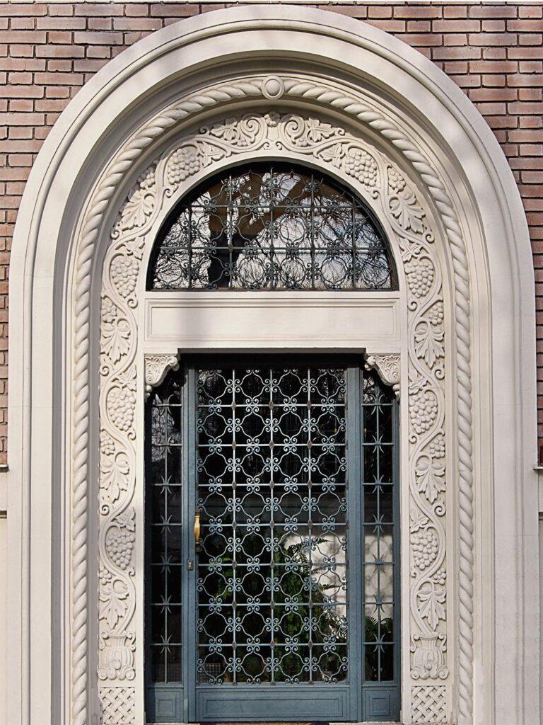 intrare casa cu ornamente decorative din polistiren,profile decorative coartco