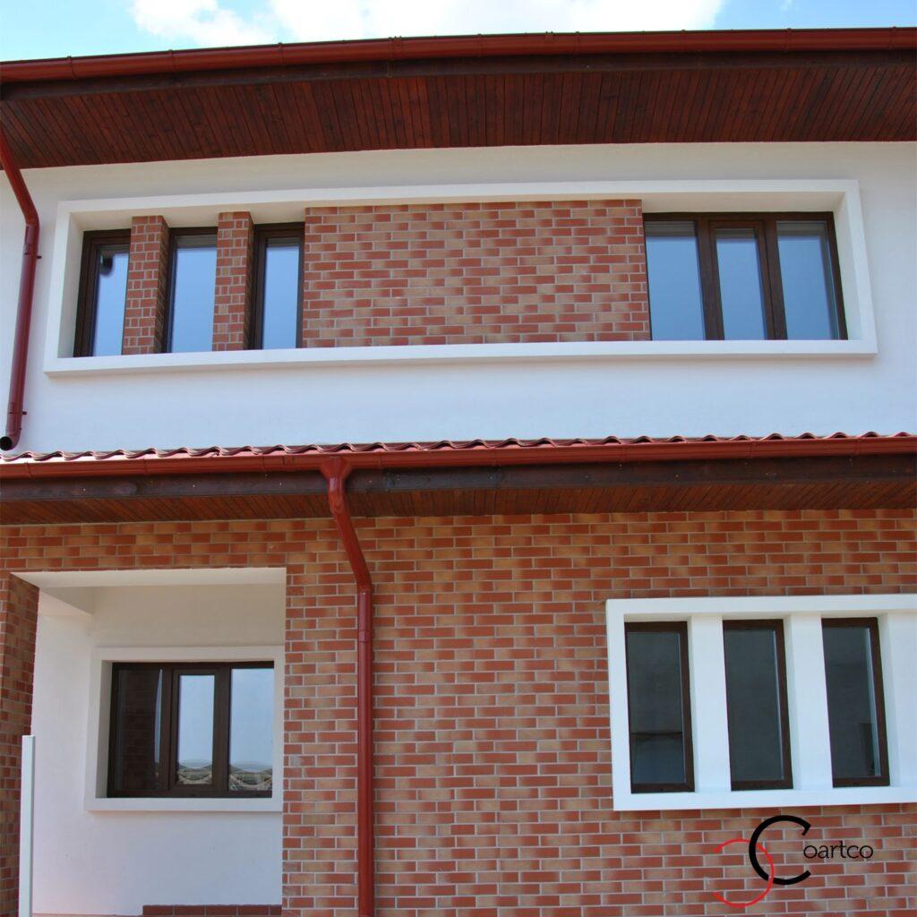 Profile decorative din polistiren imbinate pe fatada casa cu caramida aparenta