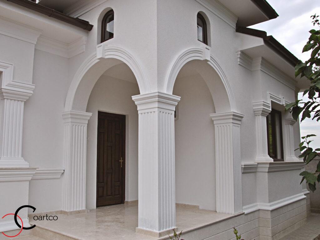 intrare casa cu coloane decorative din polistiren, si arcade cu cheie de bolta