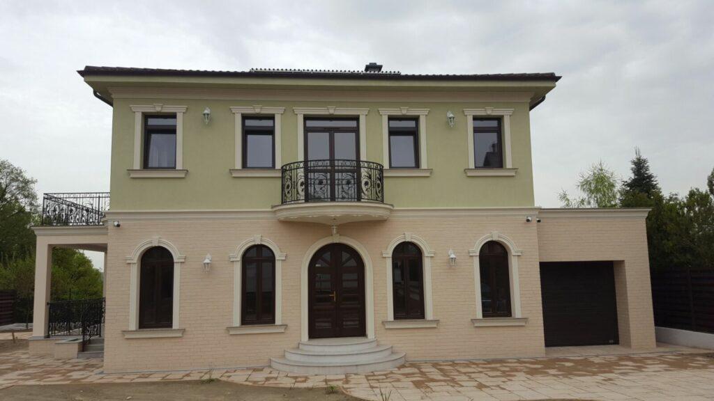 fatade casa cu profile decorative din polistiren decorativ, inpiratie si culori fatada casa cu arcade