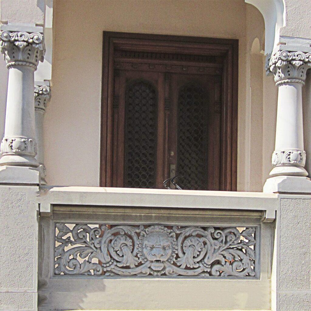terasa cu coloane neoromanesti, panou neoromanesc, mana curenta neoromaneasca
