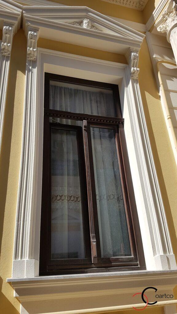 Ancadramente ferestre cu solbanc si fronton pentru reabilitare fatada veche