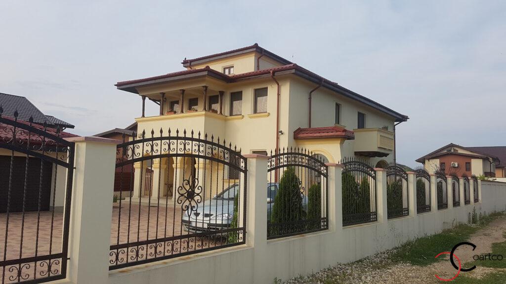 Profile decorative din polistiren CoArtco pe fatada casa