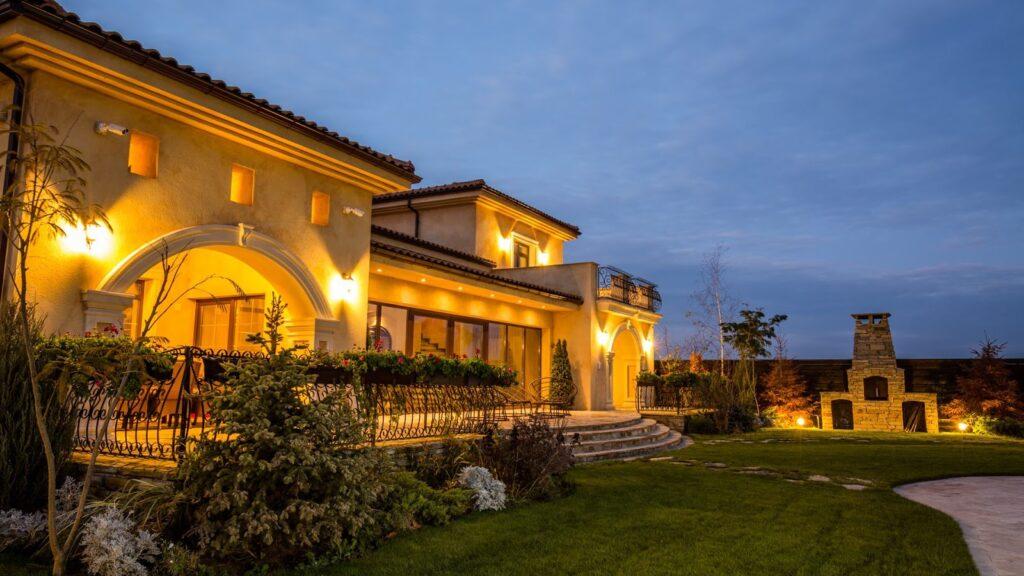 Inspiratie fatade casa mediteraneana cu profile decorative din polistiren CoArtCo