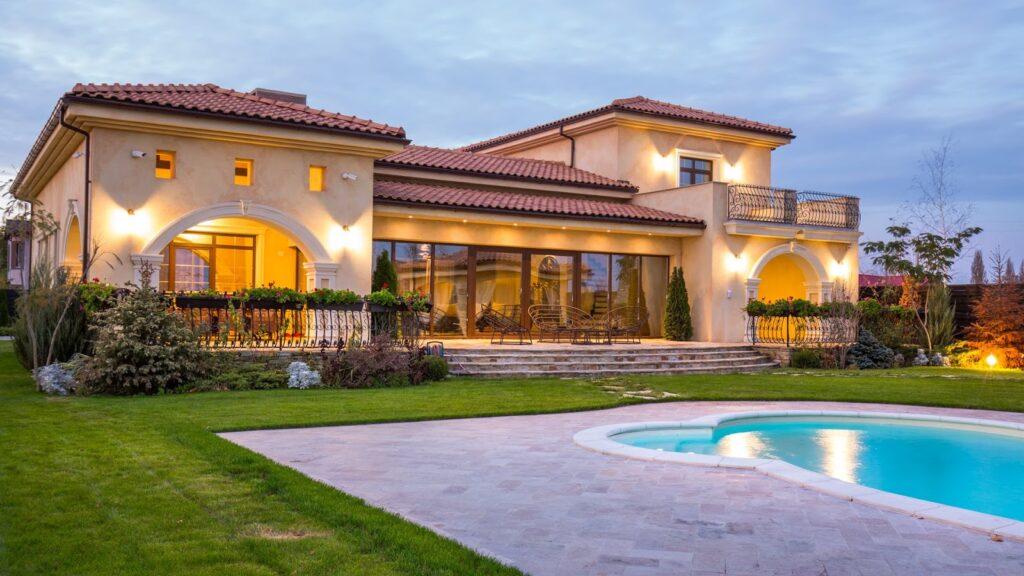 Inspiratie fatada casa mediteraneana cu coloane si cornisa decorativa din polistiren CoArtCo