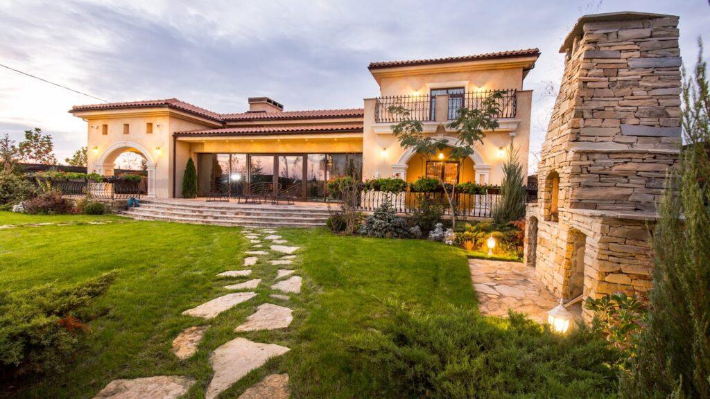 Fatada casa cu profile decorative CoArtCo