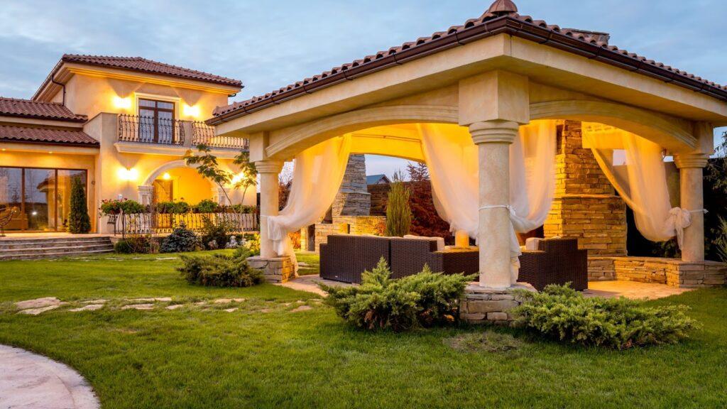 Fatada casa mediteraneana cu coloane si cornisa decorative din polistiren CoArtCo