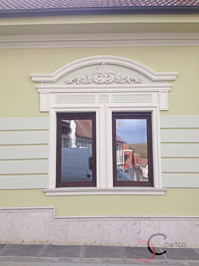 ancadramente din polistiren in jurul ferestrei cu arcada si stucatura si console