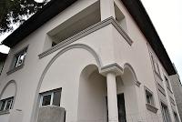 fatada casa moderna cu profile decorative montate