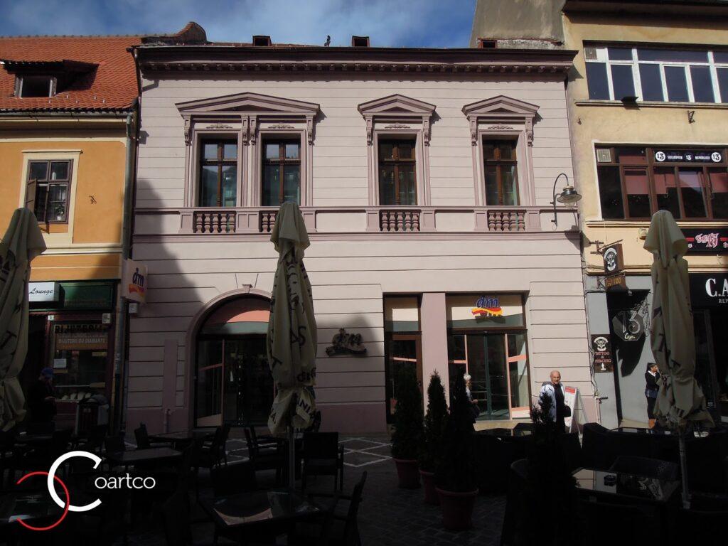 Cladirea frumoasa in Centru Vechi Brasov cu terasa la parter.