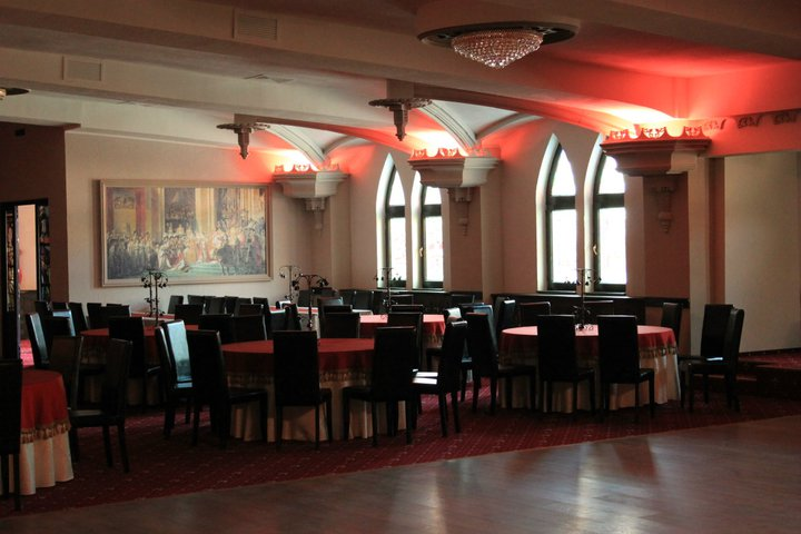 Restaurant stil Gotic cu Profile Decorative din Polistiren