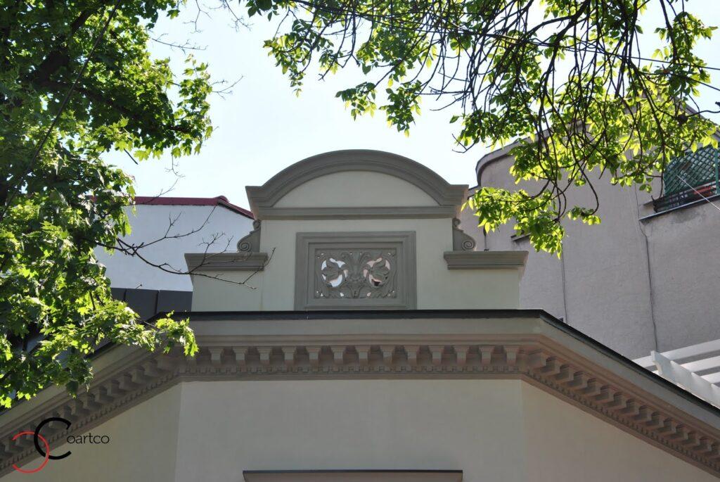 Fronton cu panou decorativ cu motive florale casa dana rogoz