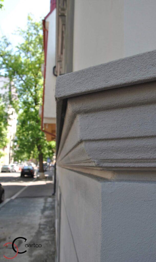 Brau decorativ din polistiren montat pe fatada casei casa dana rogoz
