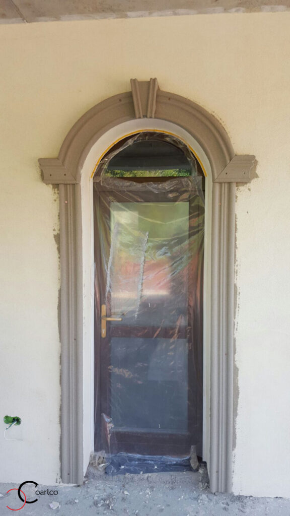 Usa intrare cu ancadramente din polistiren si arcada cu cheie de bolta in Pitesti, Arges