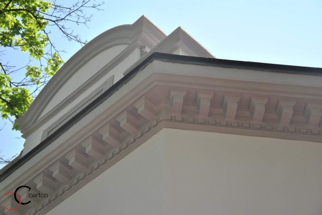 Cornisa decorativa pentru exterior montata pe fatada casei de coartco casa dana rogoz