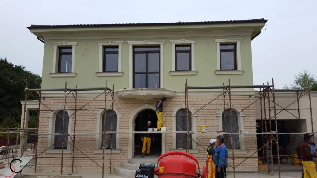 Profile decorative din polistiren montate pe fatada casei in Pitesti, Arges