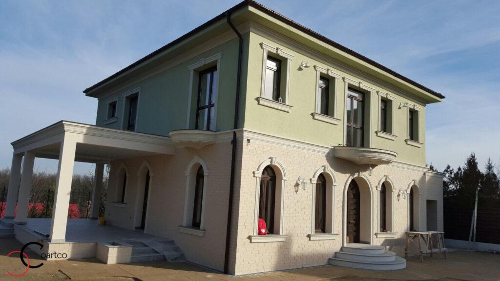 Fatada casa cu ornamente decorative din polistiren in Pitesti, Arges