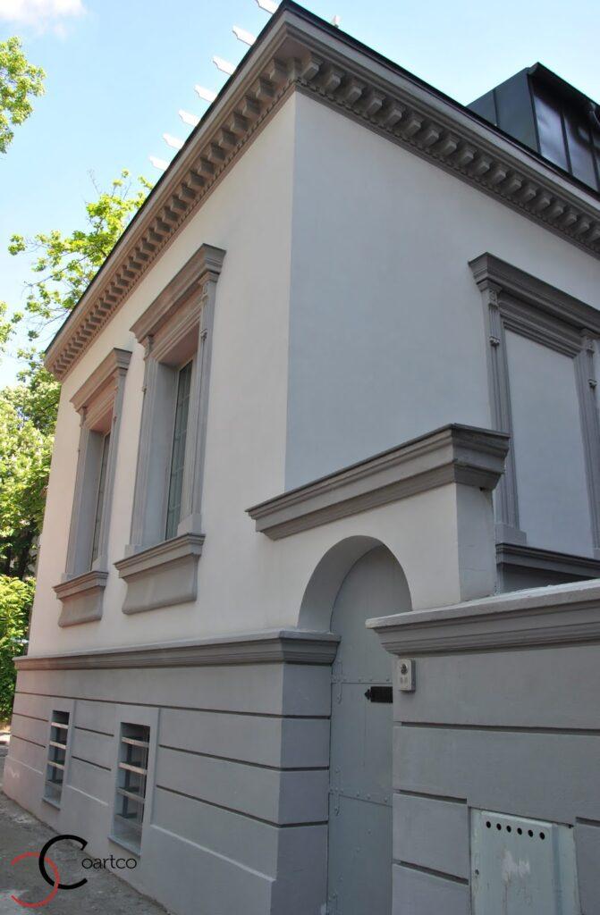 Brau decorativ din polistiren si ancadramente in jurul ferestrelor alaturi de cornisa decorativa de exterior