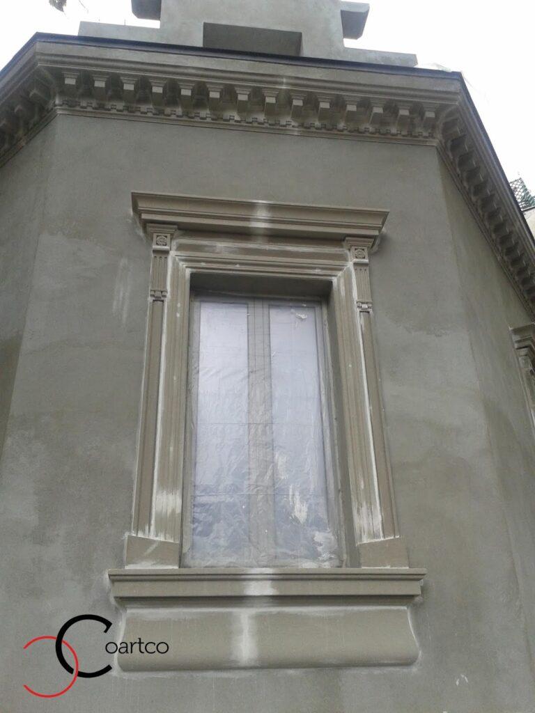 Montare ancadramente decorative din polistiren si cornisa de exterior pe fatada casei