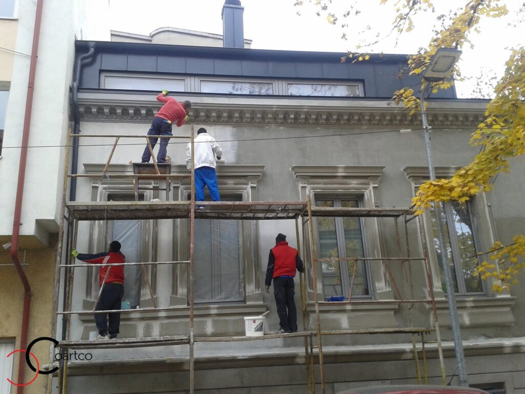 Echipa de mesteri monteaza profile decorative din polistiren coartco pe fatada casei casa dana rogoz