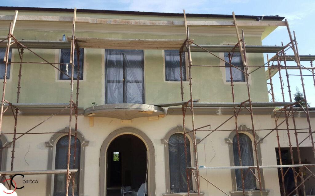 Balcon rotund cu decoratiuni din polistiren si ferestre cu arcada in Pitesti, Arges