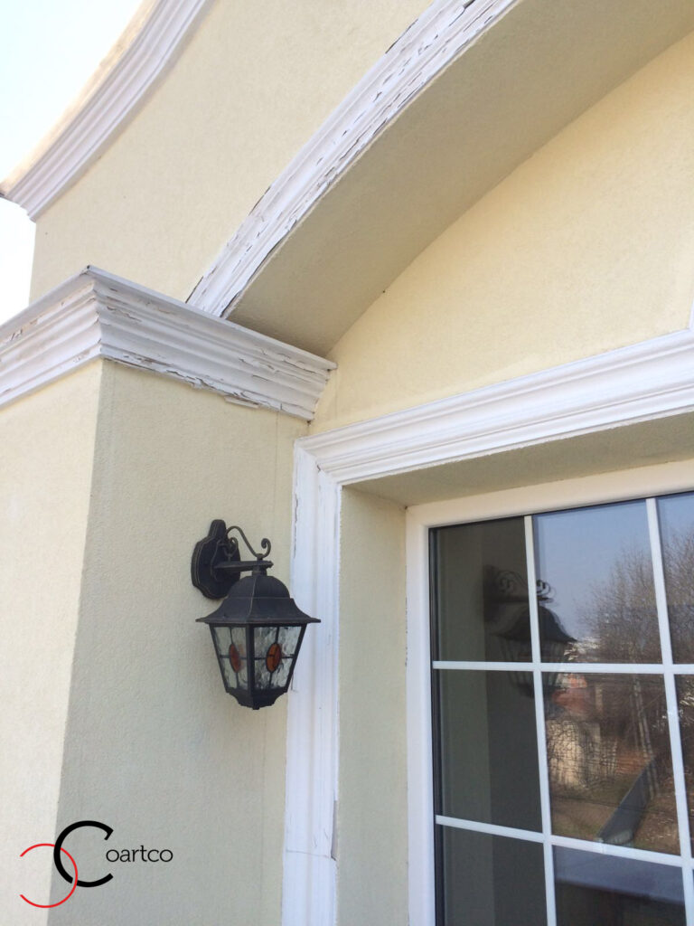 Profile Decorative din Ipsos Crapate, Scorojite, Distruse pe Fatada Casei
