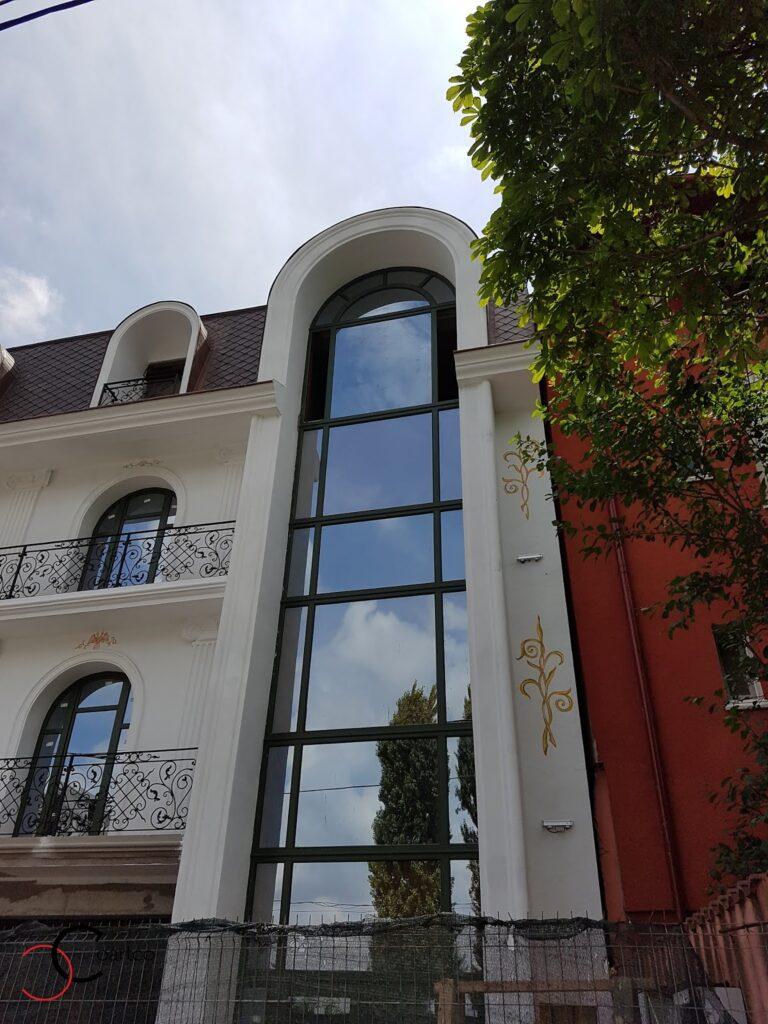 Profile Decorative CoArtCo Ancadramente pentru fatada unui hotel