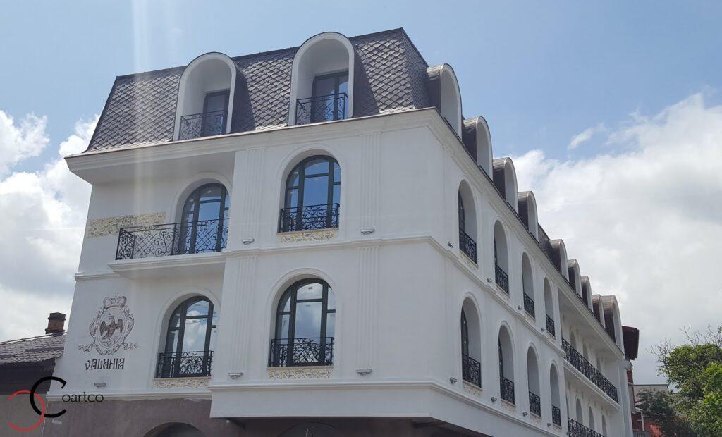 Fatada Hotel cu Profile Decorative Montate la Brau si Ancadramente din Polistiren CoArtCo