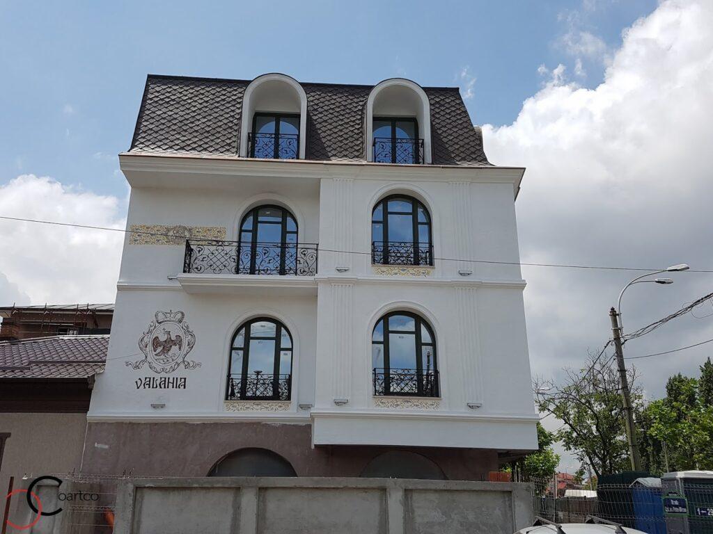 ancadramente decorative din polistiren cu arcada montate pe fatada unui hotel din bucuresti cu brau si cornisa pentru exterior
