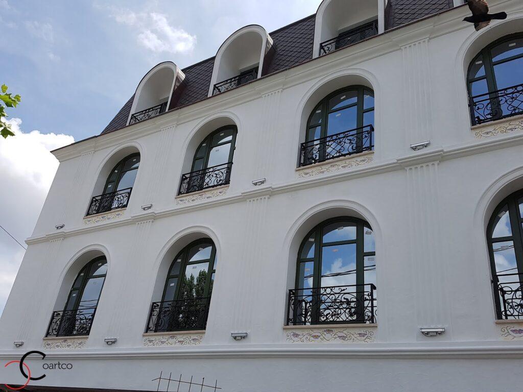 ancadramente decorative din polistiren pentru ferestrele unui hotel din bucuresti