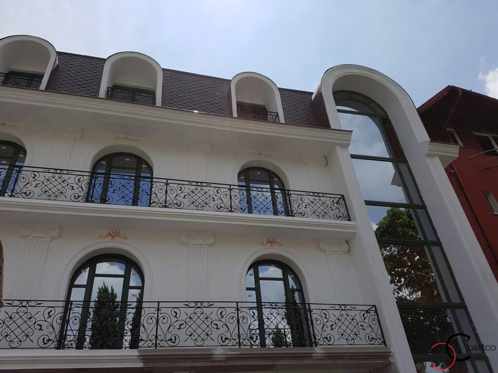 profile decorative din polistiren coartco pe fatada unui hotel ancadramente brau cornisa si arcada
