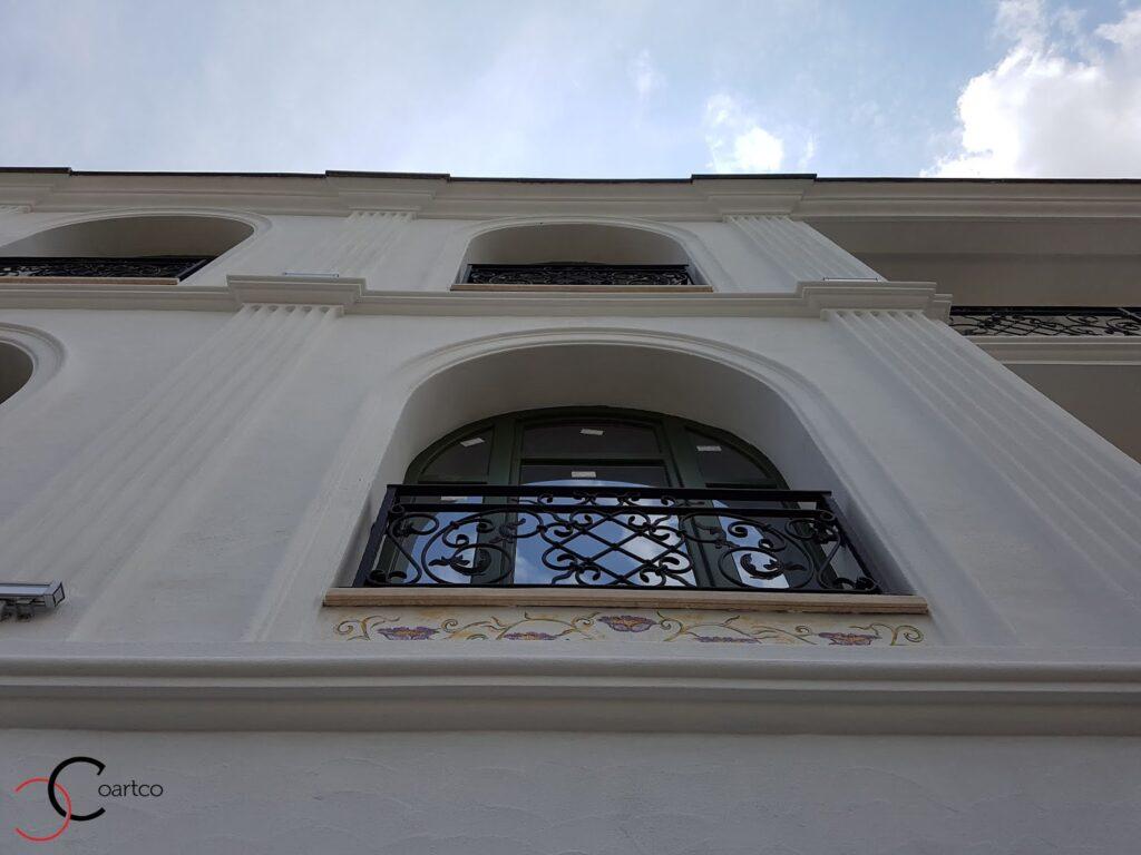 brau decorativ din polistiren ce delimiteaza ancadramentele cu arcada pe fatada unui hotel din bucuresti