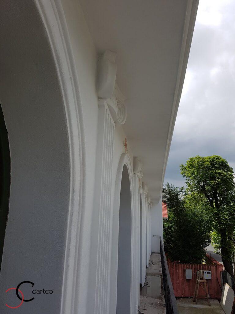pilastru decorativ din polistiren pe fatada casa
