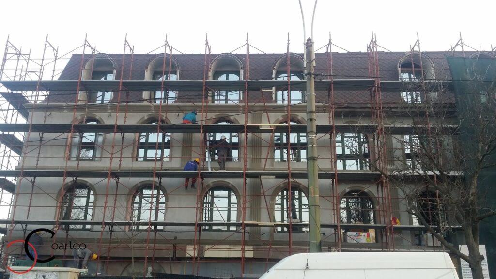 manopera montaj profile decorative din polistiren coartco pe fatada unui bloc hotel bucuresti