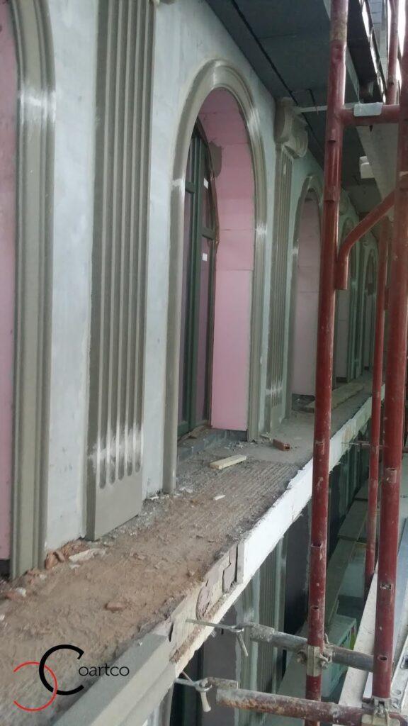 manopera profile decorative din polistiren pe fatada casei