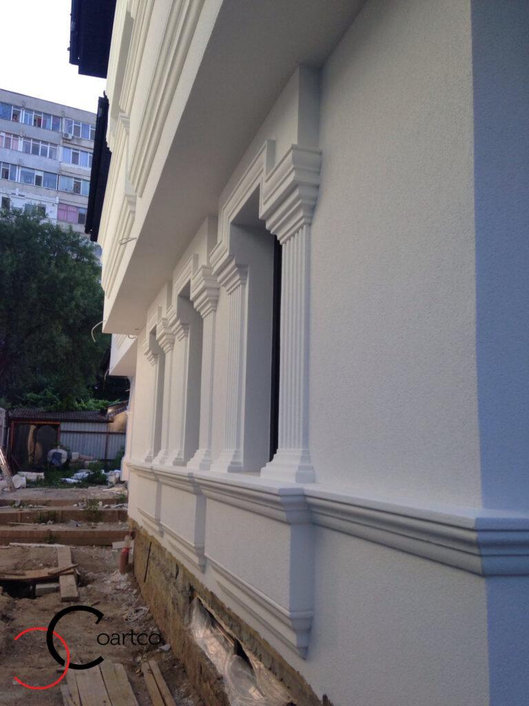 Profile decorative din polistiren CoArtCo montate pe fatada casei - brau si ancadramente pentru ferestre