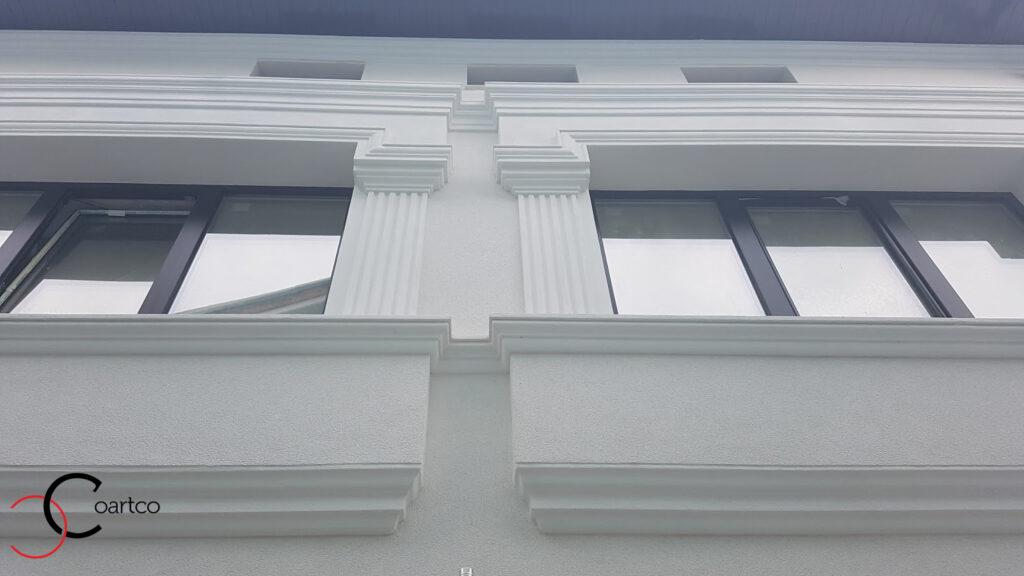 Idei fatade case cu ancadramente pentru ferestre si solbanc decorativ din polistiren CoArtCo