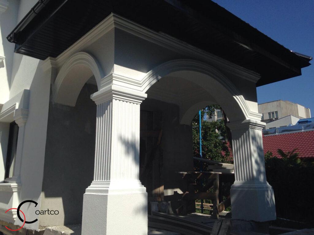 Coloane patrate cu arcade si cornisa montate pe fatada casei profile decorative din polistiren coartco