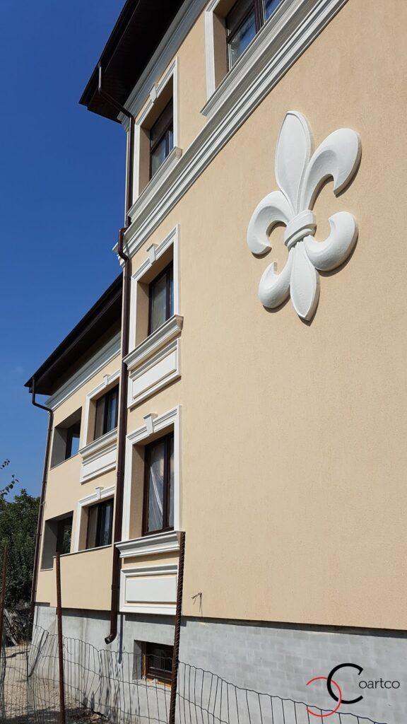 Profile din polistiren CoArtCo pentru fatada casei, stucatura decorativa floarea de iris