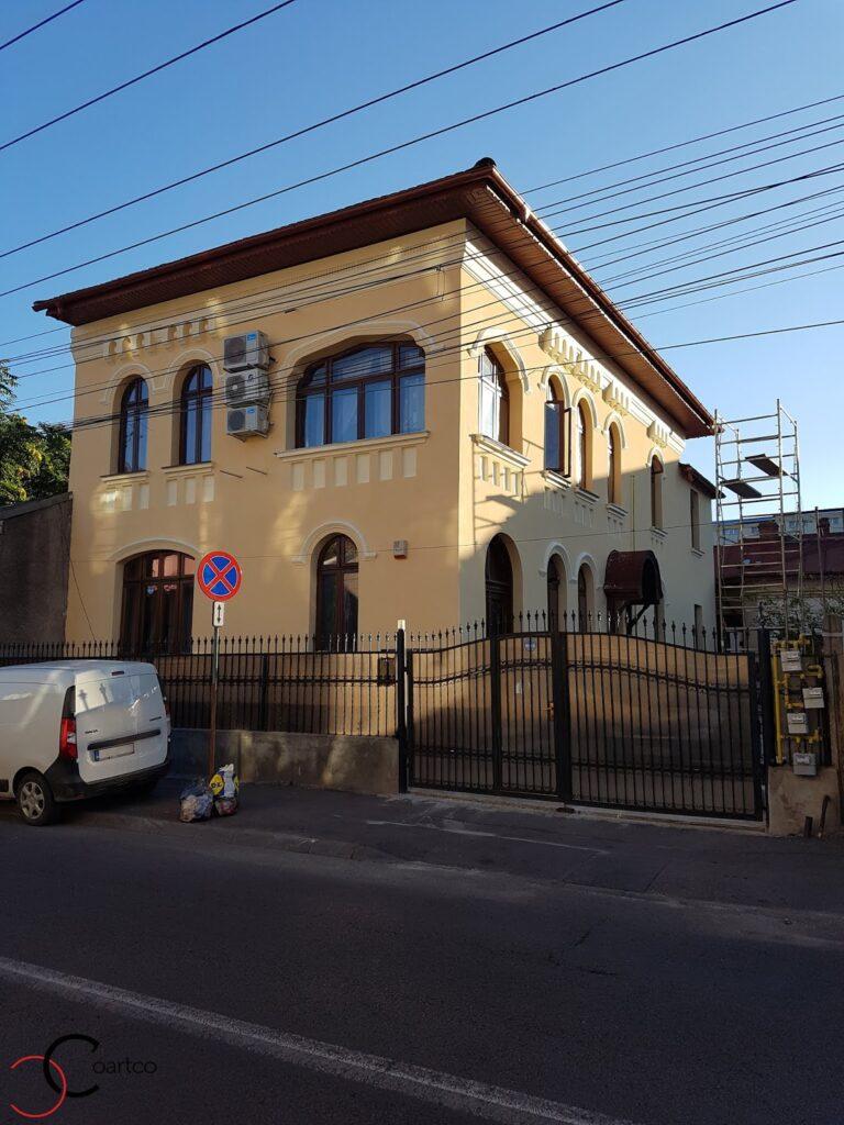 Profile polistiren montate pe fatade case cu tencuiala decorativa pe  strada popa nan bucuresti