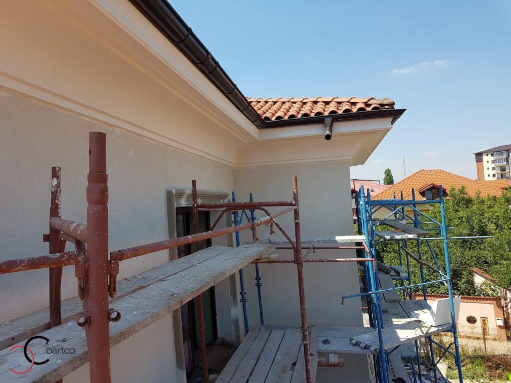 Manopera montaj corinsa decorativa din polistiren pe fatada casei