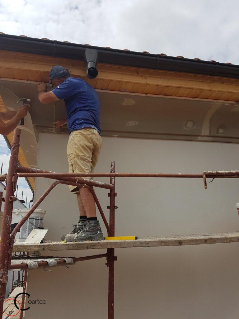 Montaj cornisa decorative din polistiren pe fatada casei