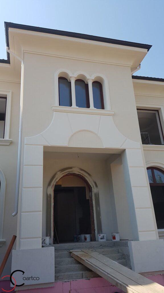 Profile decorative din polistiren CoArtco pentru fatada casei cu ancadramente pentru ferestre