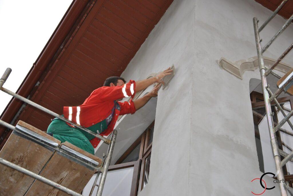 Montaj profile decorative din polistiren coartco pe fatade case cu tencuiala decorativa pe strada popa nan bucuresti