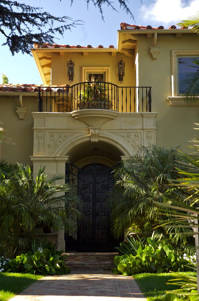 Fatada Casa cu Profile Decorative din Polistiren CoArtCo montate la Intrare cu Ancadrament/ Chenar pentru Usa pe Arcada cu Cheie de Bolta si Intrados Balcon