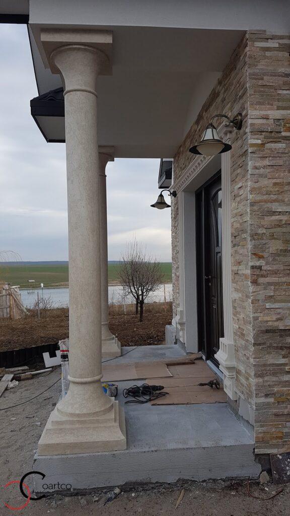 Coloane decorative din polistiren CoArtCo la intrarea casei