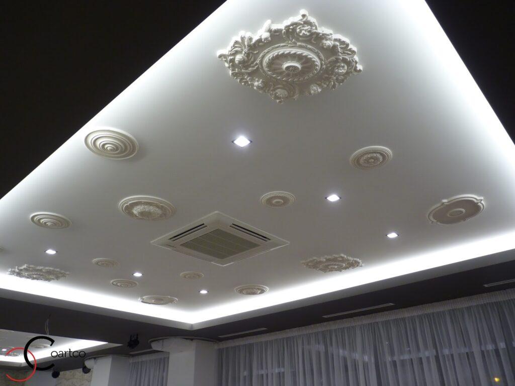 Rozete decorative din polistiren CoArtCo montate pe tavanul unei sali de evenimente si nunti