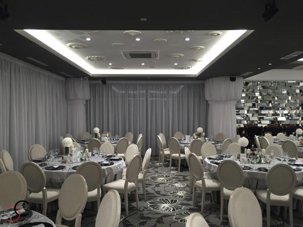 Tavan decorat cu rozete din polistiren CoArtCo pentru salon de evenimente si nunti