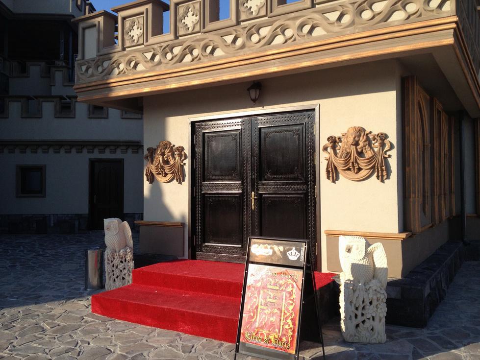 Amenajare exterior salon de evenimente cu profile decorative din polistiren CoArtCo