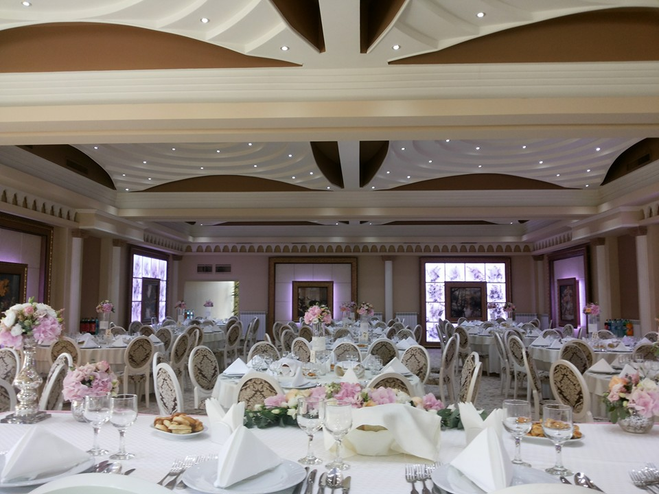 Amenajare interior salon de evenimente cu profile decorative din polistiren CoArtCo